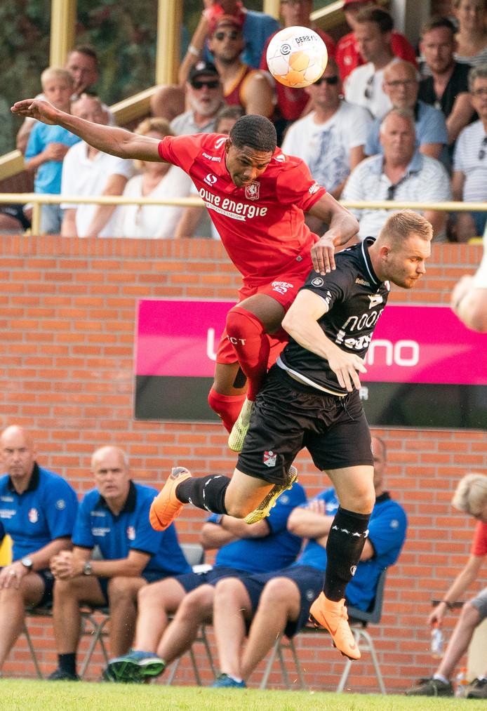 Michael Mari, hier in actie tegen FC Emmen, is per direct vertrokken bij FC Twente.