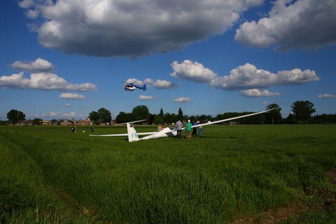 De politiehelikopter kwam voor de zekerheid op het gelande zweefvliegtuigje in Geffen af.