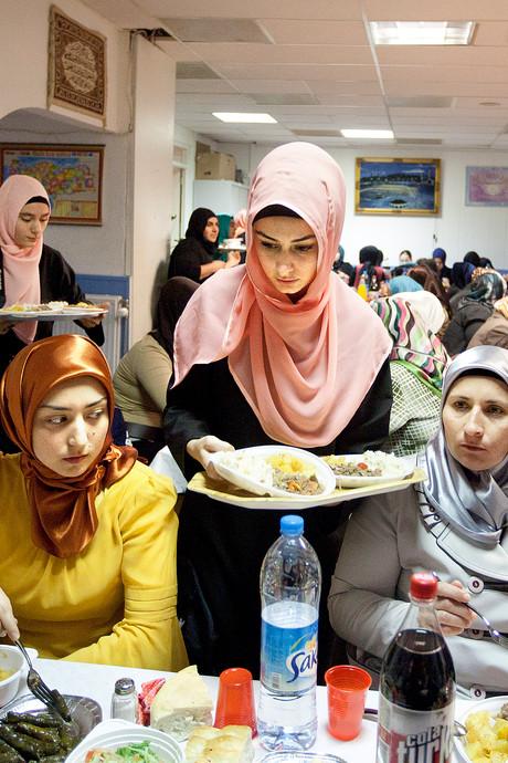 Tips voor wie niet meedoet aan de ramadan: 'Drink die koffie gewoon op'