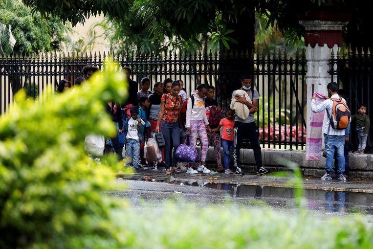 Bewoners van de buurt Cota 905 in Caracas zoeken een veilig heenkomen elders, tijdens de gevechten die daar in juli uitbraken en die tientallen doden kostten. Beeld Reuters