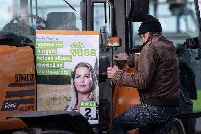 Een poster van BoerBurgerBeweging tijdens een eerdere verkiezingsbijeenkomst in Lievelde.