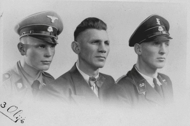 Olympisch bokser en brute Jodenjager Sam Olij, geflankeerd door zijn soons Jan (links) en Kees, beide in hun SS-uniform. Beeld NIOD / BeeldbankWO2