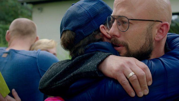 Staf Coppens neemt emotioneel afscheid van zijn broers in 'Camping Coppens'. Beeld VTM