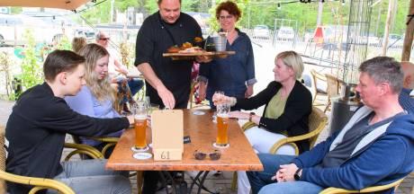 Moederdag op terras Marcook's in Enschede: 'Op zo'n zonnige dag vergeet je voor even de ellende'