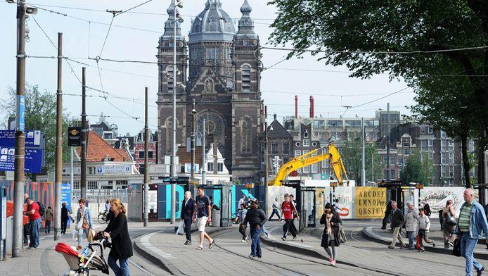 Het Stationsplein in Amsterdam, waar het normaal een komen en gaan is van trams en bussen. © ANP