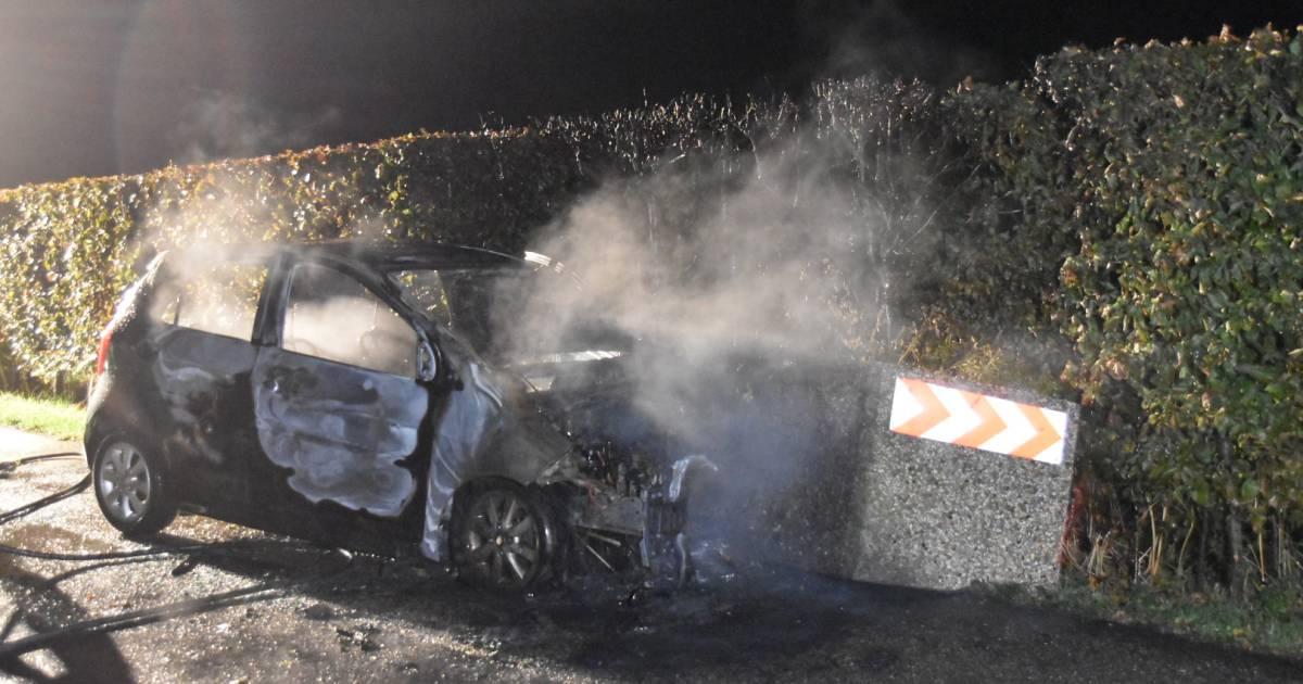 Gewonde automobilist ontsnapt net op tijd uit brandende auto na botsing tegen bloembak.