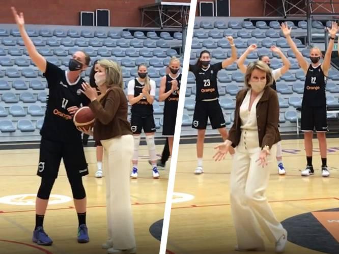 Belgian Cats kunnen hun ogen niet geloven wanneer koningin Mathilde haar basketkunsten etaleert