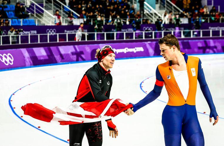 Sven Kramer feliciteert Ted-Jan Bloemen in de Gangneung Oval na de 10.000 meter op de Olympische Winterspelen van Pyeongchang. Beeld ANP