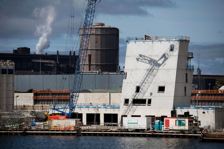 De bouw van het nieuwe operatiecentrum voor de nieuwe zeesluis in IJmuiden. Beeld Olaf Kraak