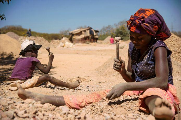 Een vrouw aan het werk in een kobaltmijn in Lubumbashi. Ook vandaag worden ontelbare Congolezen in de mijnen uitgebuit.