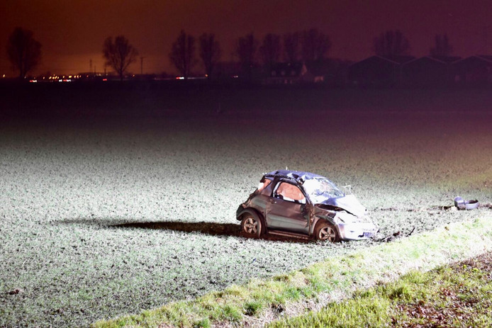 Zwaar beschadigde auto gevonden op akker in Oud Gastel.