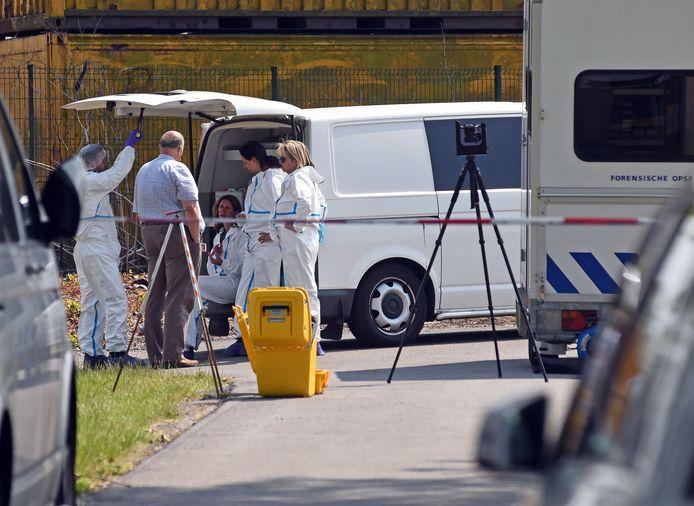 Rechercheurs van de forensische opsporing bezig met het onderzoek na de vondst van de dode vrouw in juni.