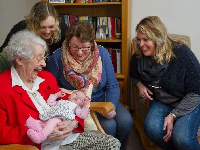 Van links naar rechts: Willy Wijnbeek-La Bhom met Tess ter Horst in de armen, Mariska Spieker, Margreet van Urk en Diane Holtkamp