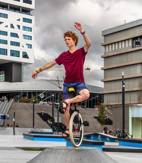 Pim Cladder doet alles op de eenwieler: 'Ik ben goed in hardrijden, maar slecht in springen'