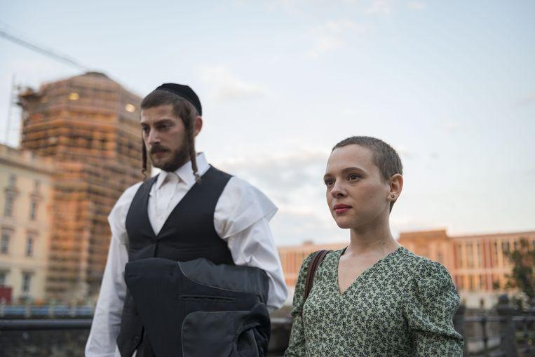 Yanky (Amit Rahav) en Esther (Shira Haas) in Unorthodox. Beeld
