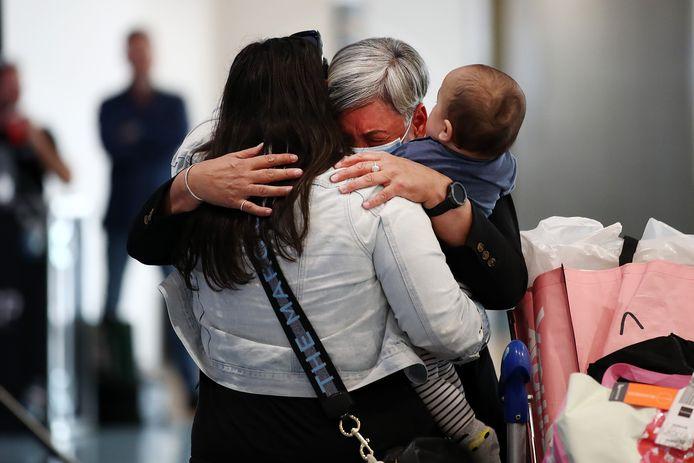 Emotionele taferelen op de luchthaven van Auckland, Nieuw-Zeeland, vanmorgen.