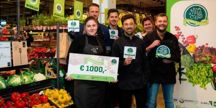 De medewerkers van Van Eccelpoel met hun ontvangen cheque