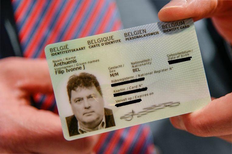 De nieuwe ID-kaart van burgemeester Anthuenis. De persoonlijke gegevens werden geblurd door onze redactie. Beeld Geert De Rycke