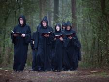 Zingende 'monniken' gedenken coronaslachtoffers bij de ruïne van Sint Walrick