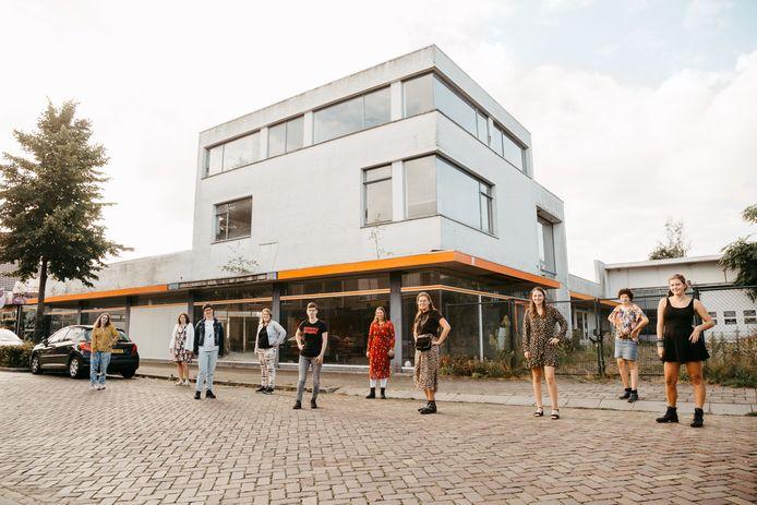 De toekomstige bewoners voor de Fiat-garage die nog wel verbouwd moet worden. Vlnr Hilde, Kristel, Romy, Iris, Kim, Mirjam, Anne, Shirley, Jolien en Maud.