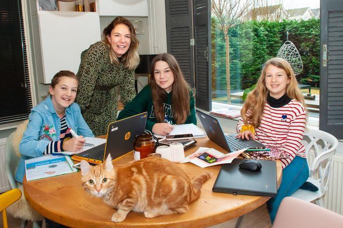 Lara Leugs (46) is onderneemster en woont samen met haar dochters (v.l.n.r.) Femke (12), Lois (15) en Kiki (9). Ze vinden het best gezellig samen in coronatijd. Kat Joep woont sinds corona bij hen.