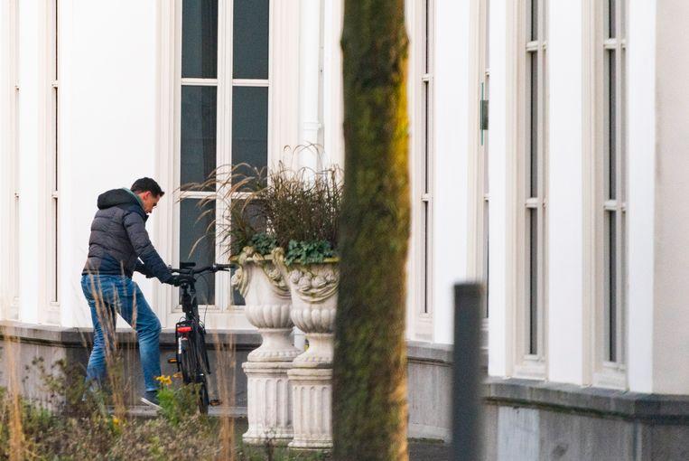 Premier Mark Rutte komt aan bij het Catshuis voor een extra corona-overleg.  Beeld Freek van den Bergh / de Volkskrant