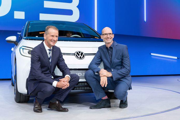 Klaus Bischoff (r) met Volkswagen-CEO Herbert Diess bij de ID.3, die Volkswagen de toekomst in moet helpen