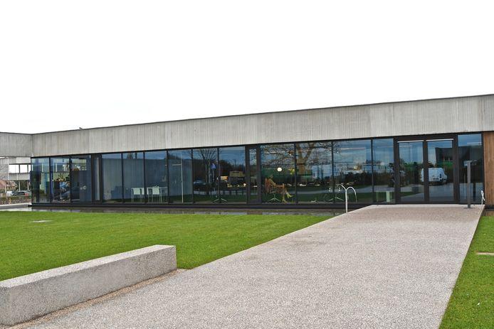 De hoofdingang zit op de zijkant van het gebouw.
