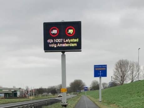N307 Markerwaarddijk afgesloten voor vrachtwagens vanwege storm: honderd kilometer omrijden