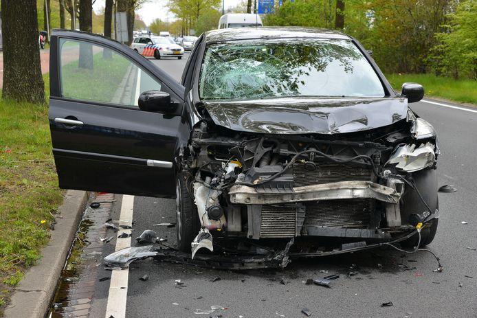 Een auto klapt achterop een andere auto geklapt op de Nieuwe Kadijk in Breda.