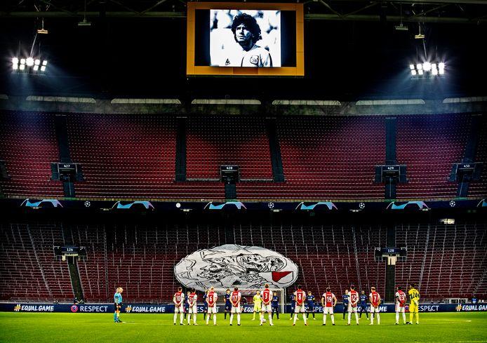 Voor het duel van Ajax van gisteravond werd in de Johan Cruijff Arena één minuut stilte gehouden voor Diego Maradona.
