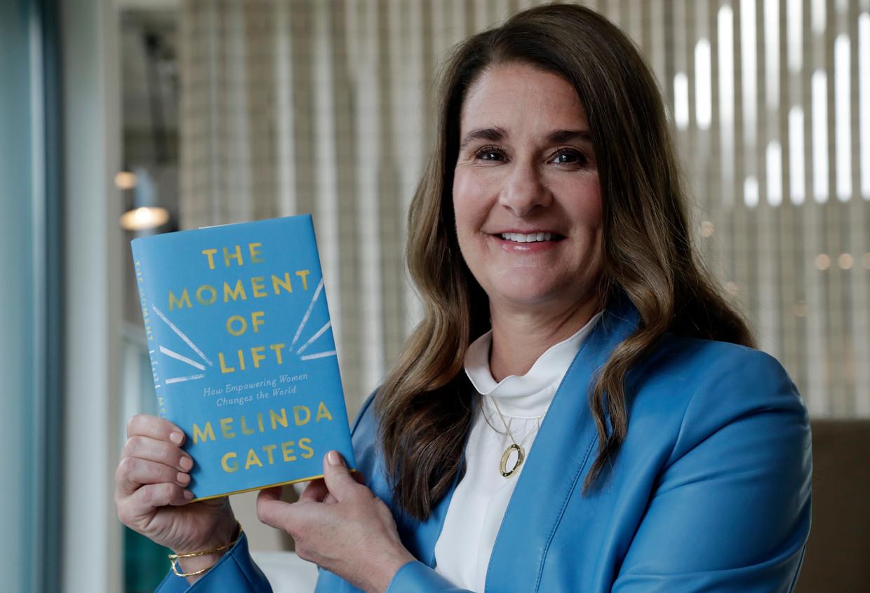 Melinda Gates met haar nieuwe boek 'The Moment of Lift': 'Het is ongelooflijk hoeveel vrouwen misbruikt worden of zijn geweest.' Beeld AP