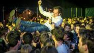 Burgemeester crowdsurft op eigen feest