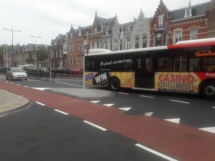 Onderweg naar het Julianaplein voegt een bus in ter hoogte van de Colvenierstraat. Chauffeurs klagen over slecht zicht op verkeer in de tunnel. Ook zou de middengeleider met voorrangsbord een obstakel zijn.