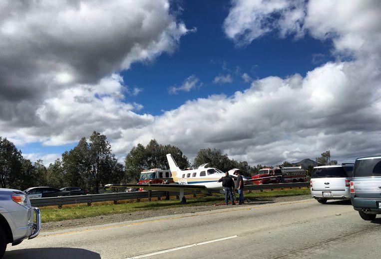 De piloot kon het vliegtuigje met panne veilig tussen de rijbanen zetten.