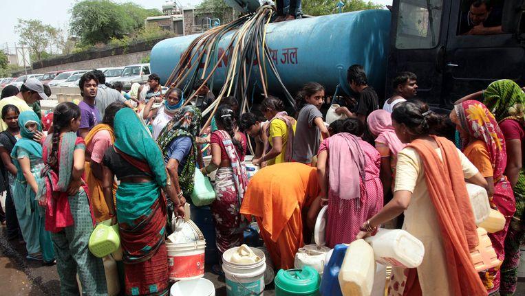 De grote groei van de Indiase bevolking zorgt onder meer op sommige plaatsen voor watertekorten, zoals hier in Delhi. Deelstaatregeringen proberen nog steeds mensen zich vrijwillig te laten steriliseren om de bevolkingsgroei in te dammen. In India wonen nu 1,27 miljard mensen. Beeld EPA