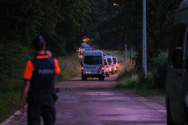 20 juni. Extra politie komt aan bij het Dilserbos in het Nationaal Park Hoge Kempen, nadat het lichaam van de extreem-rechtse militair Jürgen Conings na een wekenlange zoektocht  is gevonden. Beeld Belga