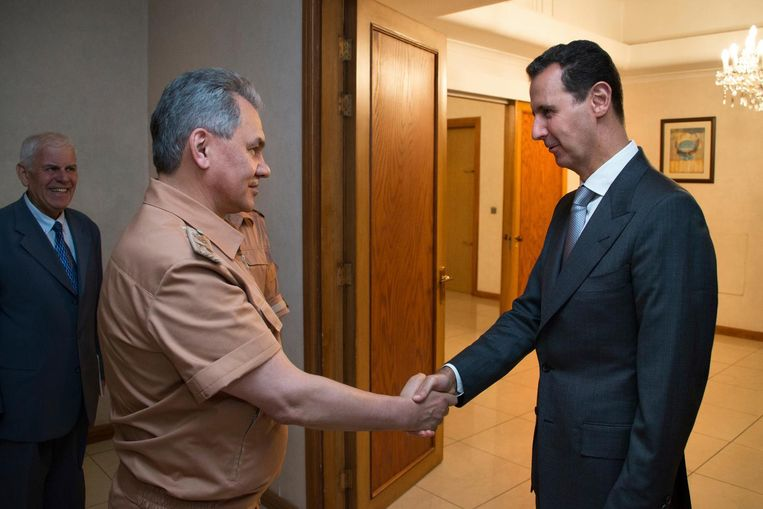 De Syrische president Bashar Assad met de Russische minister van Defensie Sergei Shoigu. Beeld null