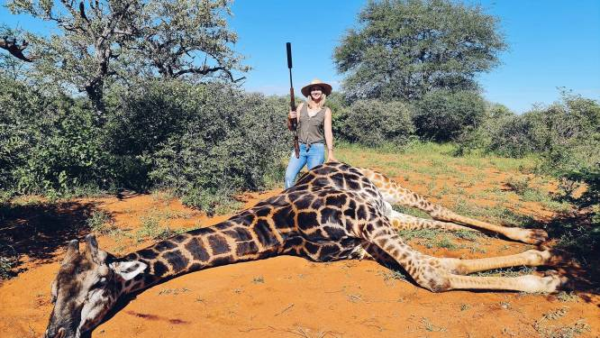 Jaagster poseert met geschoten giraf als valentijnscadeau