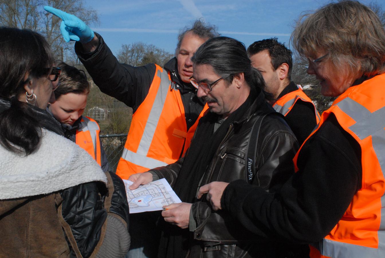 Wim van Hassel, een vooraanstaand lid van buurtcomité Fort Orthen, deelde met behulp van een plattegrond nog wat instructies uit