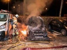 Geparkeerde auto brandt uit in Huissen
