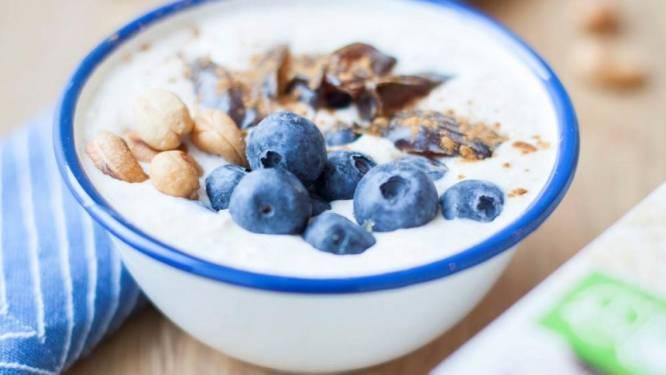 Heerlijk ontbijten met havermout met blauwe bessen en dadels