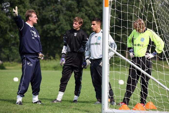 Edwin Susebeek (links) traint keepers van De Graafschap op de velden in de Veldhoek.