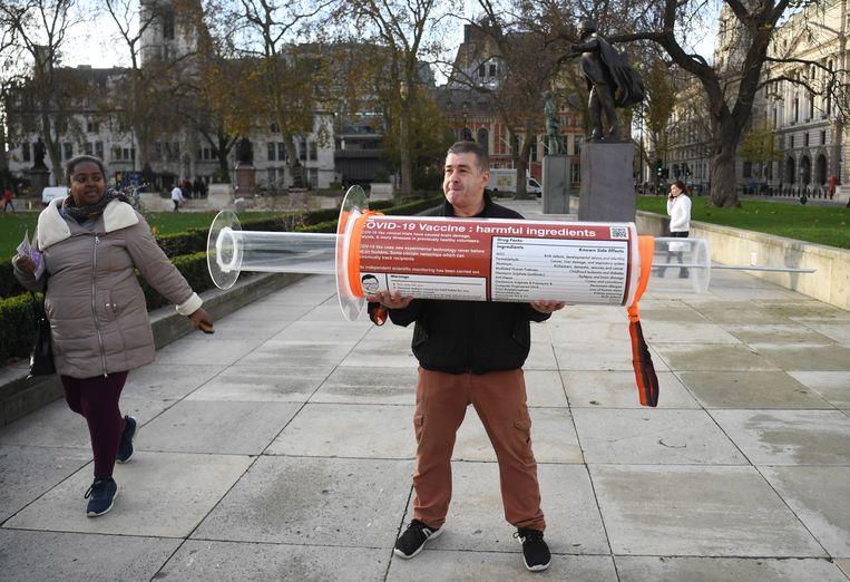 Een man protesteert eind november in Londen tegen inentingen als middel om de coronapandemie te bezweren, bij het hoofdkantoor van de Bill and Melinda Gates Foundation.  Beeld EPA