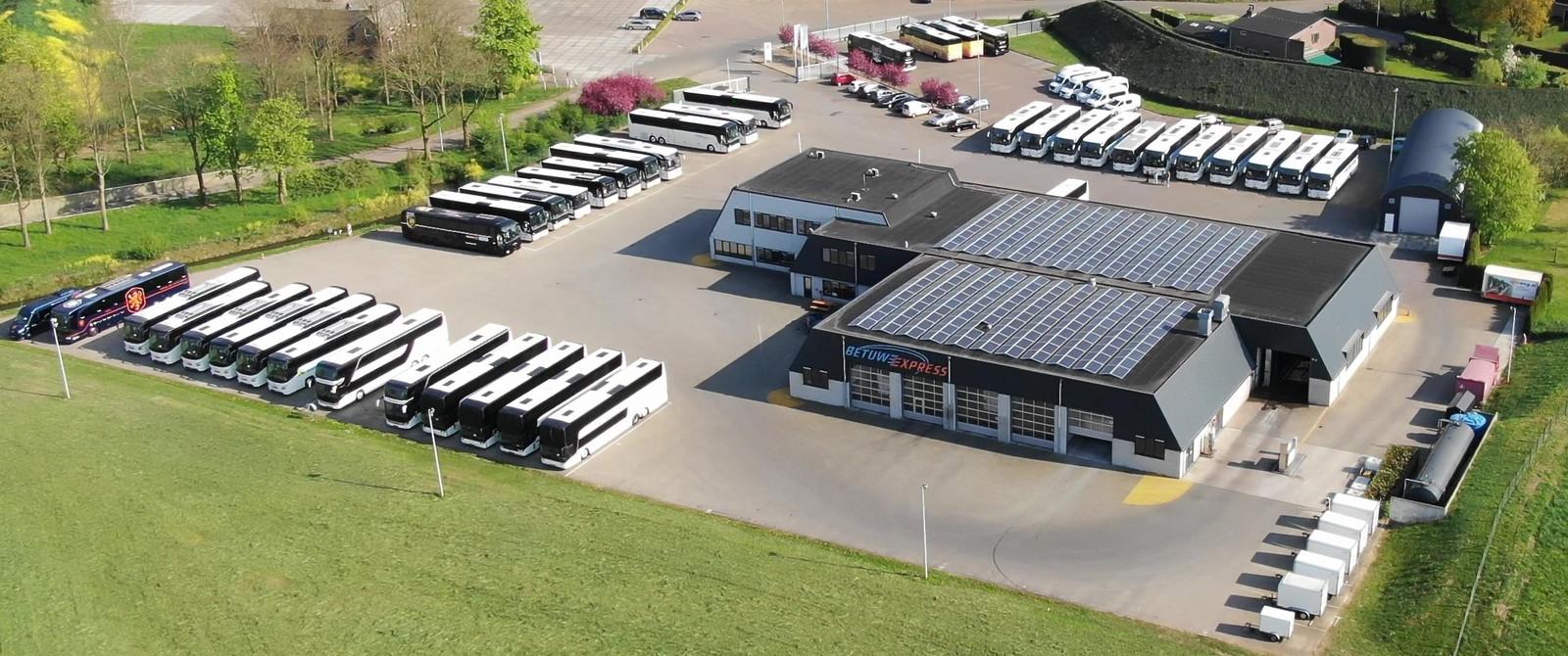 Touringcars staan op de parkeerplaats van Betuwe Express. Het bedrijf kent door de corona-crisis een omzetverlies van tachtig procent.