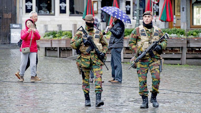 Militairen op straat in het centrum van Brussel Beeld anp