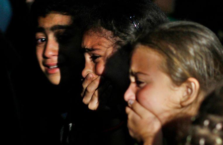 Nabestaanden van een omgekomen Syrische strijder rouwen. Beeld AP
