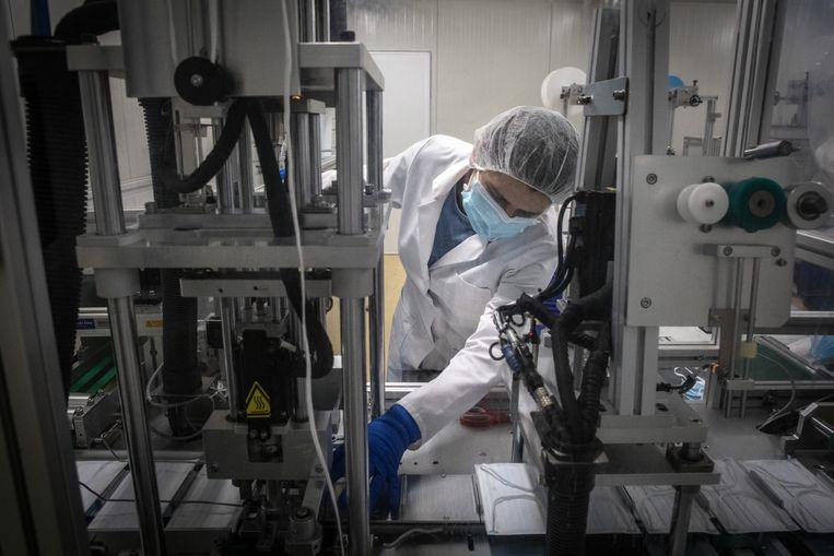 Een medewerker in de Arnhemse mondmaskerfabriek. Beeld Negin Zendegani