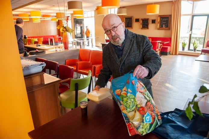 Pastor Bertus Bus, al twee jaar vaste gast bij het Eetpunt in De Grote Aak,  maakt nu gebruik van de afhaalmaaltijden van het Eetpunt.