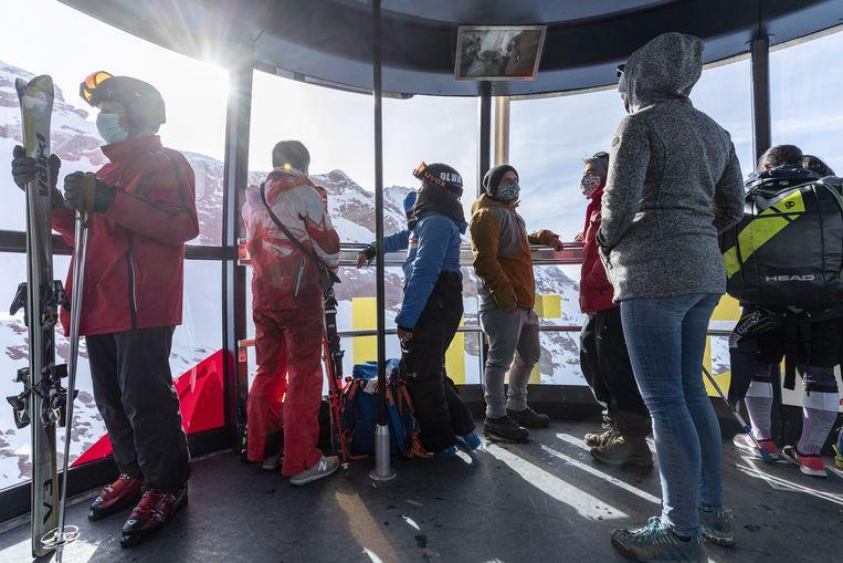 In Zwitserland ontsnappen ook skiërs niet aan de mondmaskerplicht. Beeld EPA